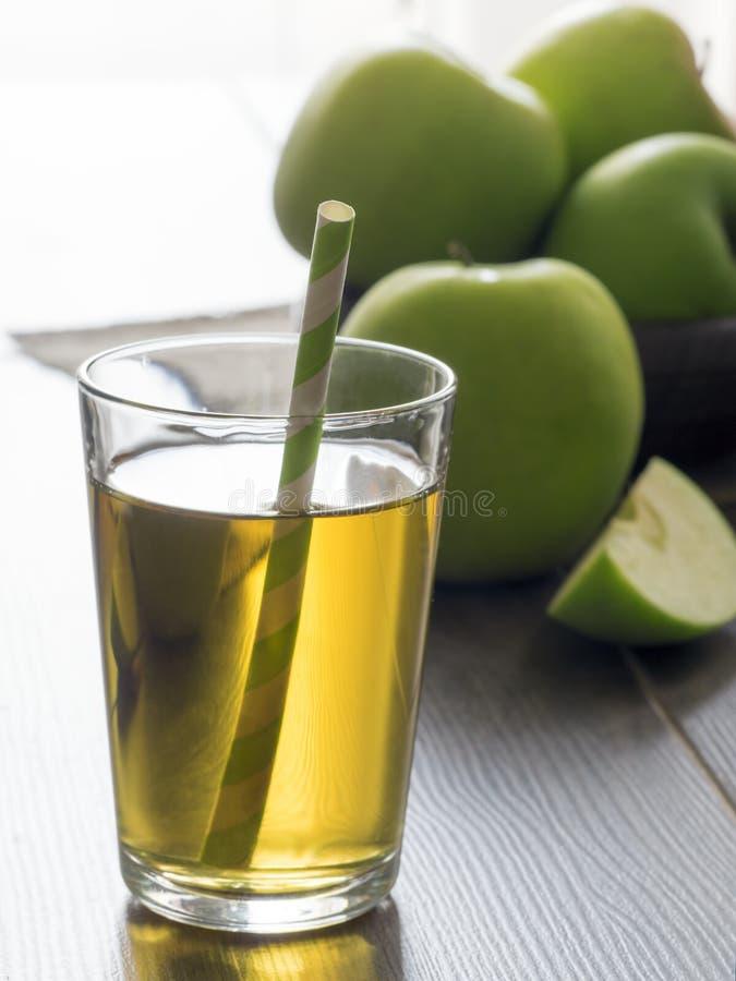 Ny äppelmust och gröna äpplen royaltyfria foton