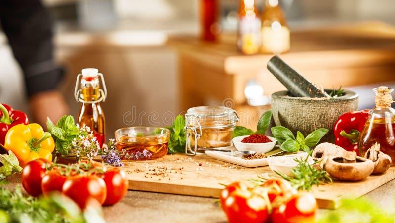 Ny örter, kryddagrönsaker, mortelstöt och mortel fotografering för bildbyråer