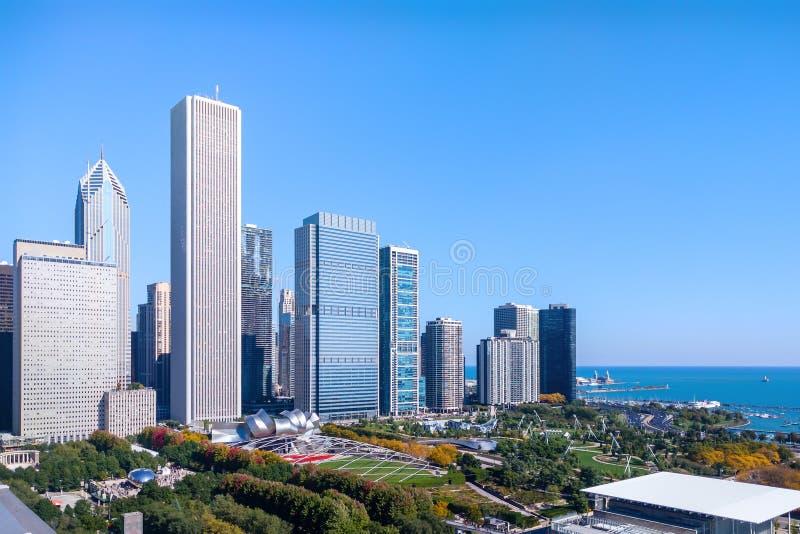 Ny östside- cityscape med sikten av Lake Michigan som är offentlig parkerar och dragningar Chicago USA arkivfoto
