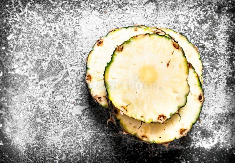 ny ananas för en stor bit arkivbild