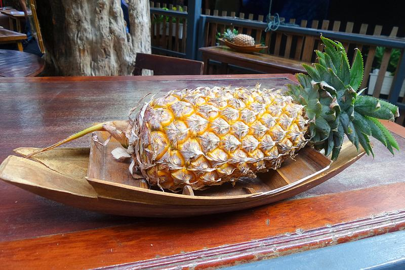 Ny ananas på träplattan arkivbild