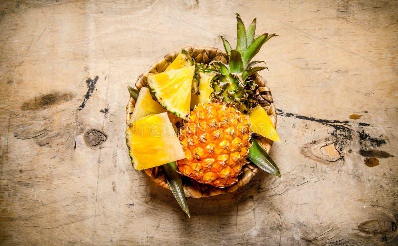 Ny ananas som huggas av och som är hel i din shoppingvagn royaltyfria foton