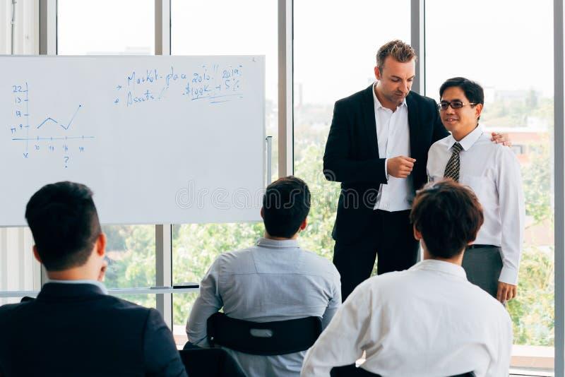 Ny anställd som introduceras av affärschefen i seminarium fotografering för bildbyråer