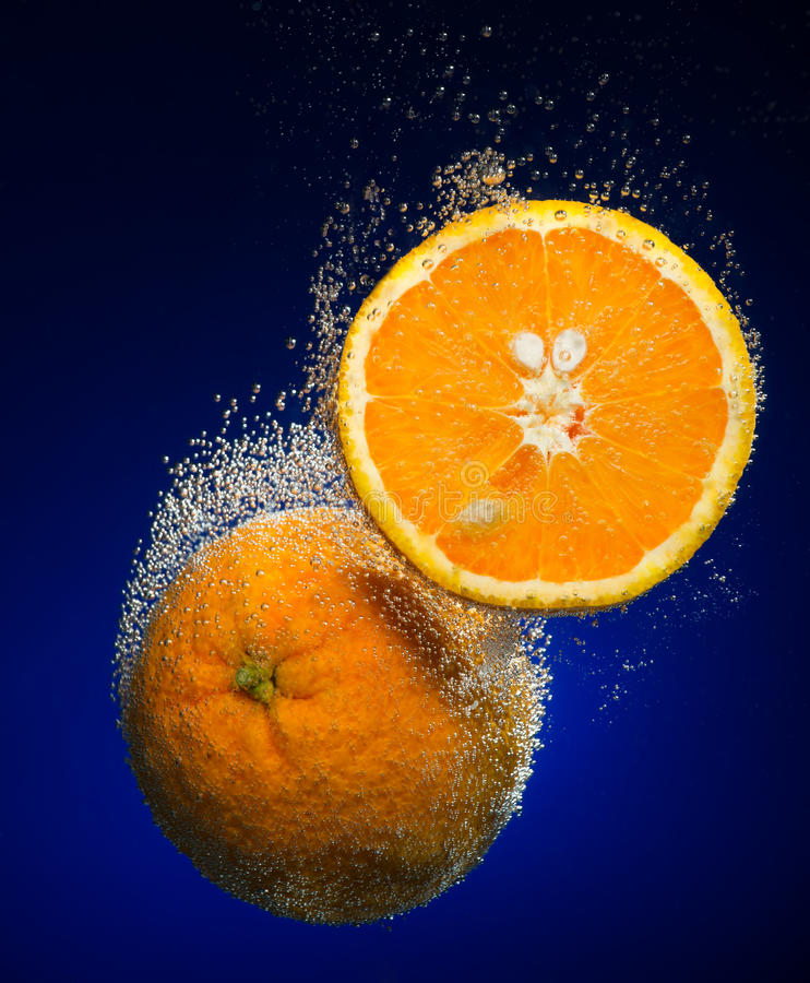Ny apelsin med bubblor royaltyfria bilder