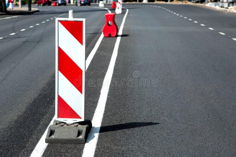 Ny asfalttrottoar och ny vägteckning arkivfoto