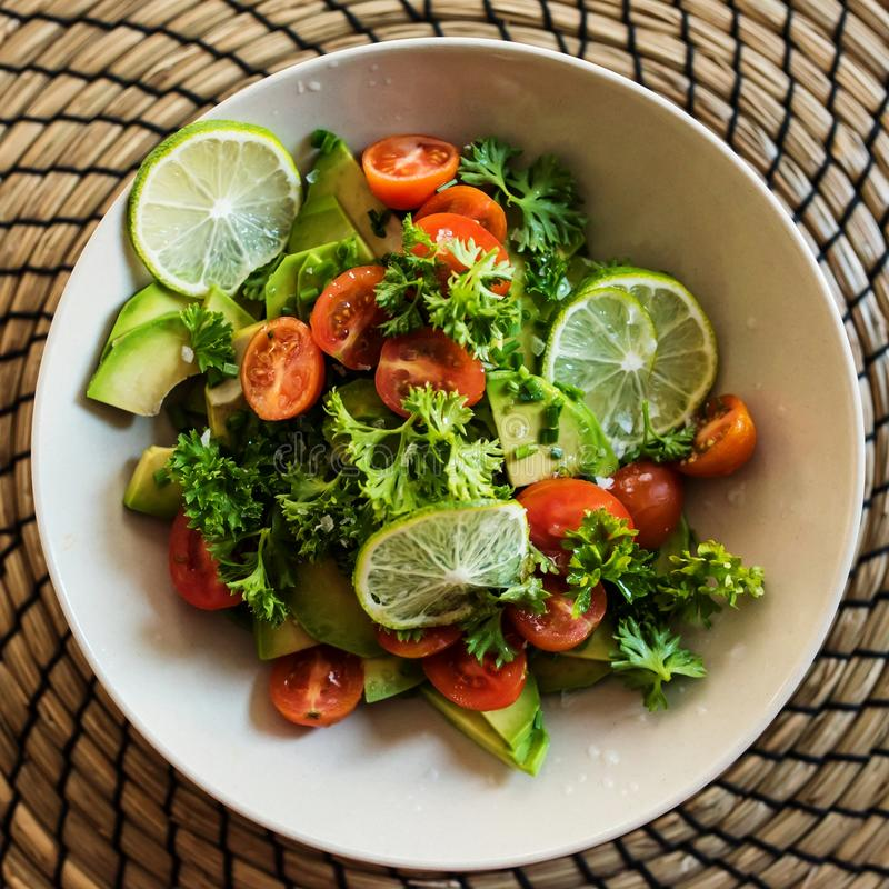 Ny avokado och tomatsallad arkivfoto