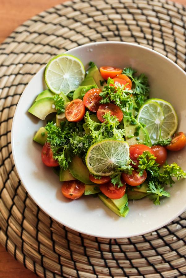 Ny avokado och tomatsallad arkivfoton