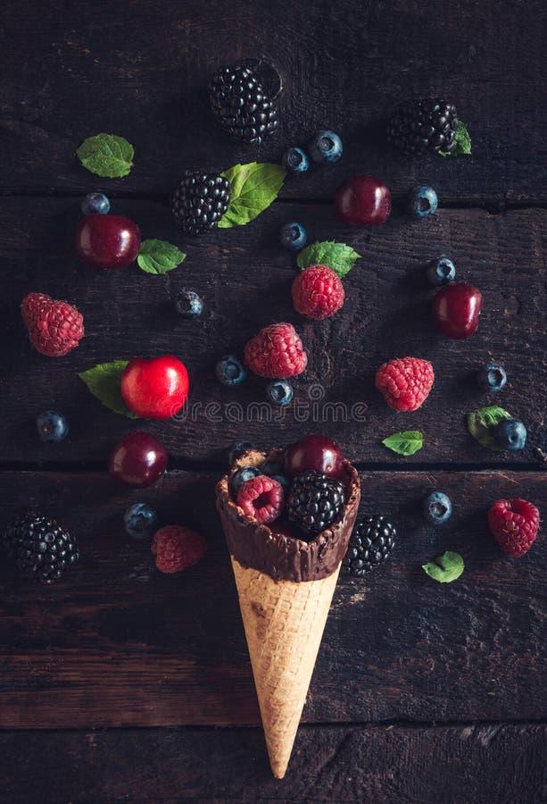 Ny bärfrukter och glasskotte arkivbilder