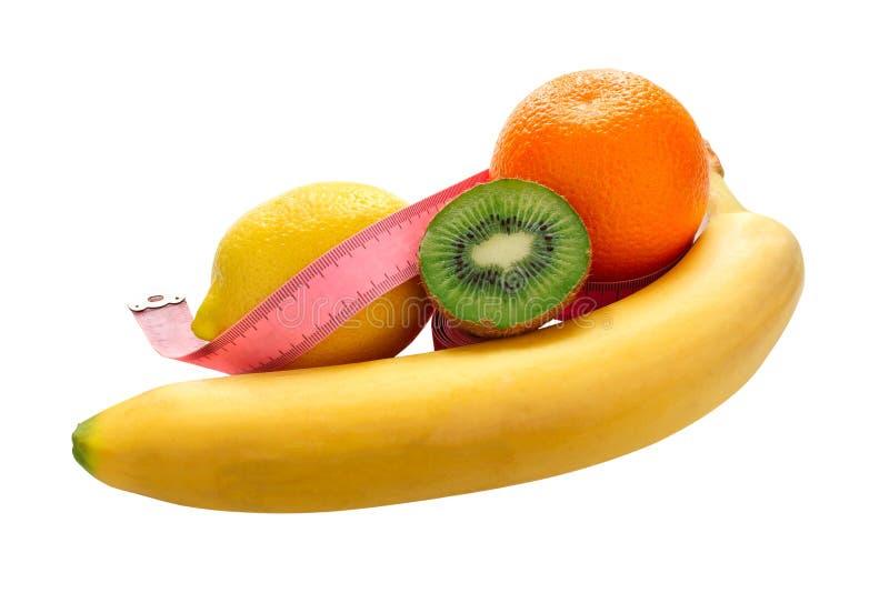 Ny banan och citron, apelsin och kiwi med att mäta bandet som isoleras på vit bakgrund under att beskära, vegetariskt sunt äta arkivbilder
