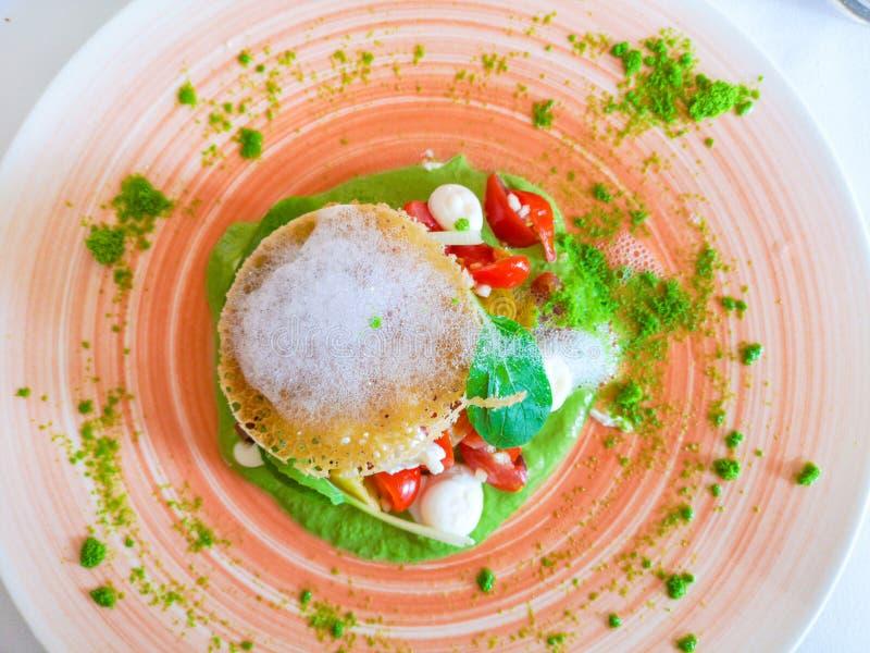 Ny basilikasallad med mozzarellaost och tomater arkivfoton