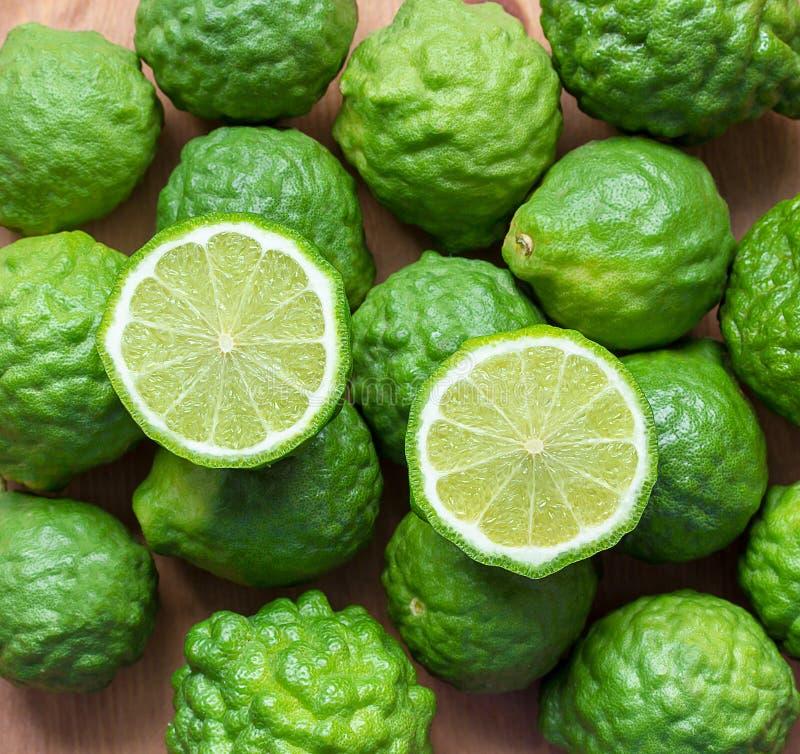 Ny Bergamotfrukt på träbakgrund, bakgrund för Closeupbergamottextur royaltyfri foto