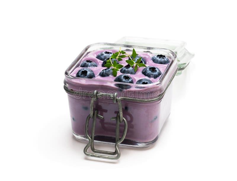 Ny blåbäryoghurt i exponeringsglaskruset som isoleras på vit royaltyfria foton
