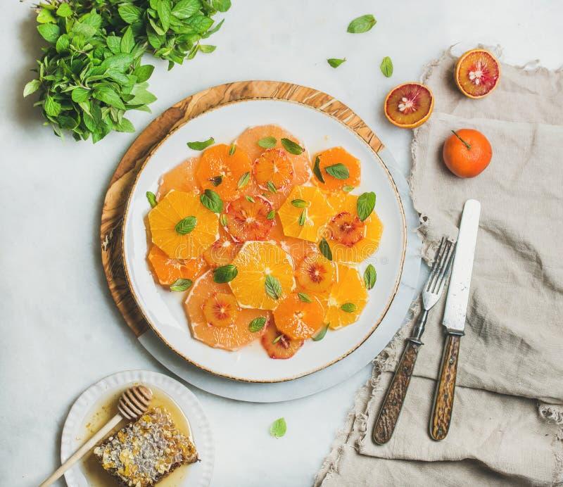 Ny blandad citrusfruktsallad med mintkaramellen och honung royaltyfria foton
