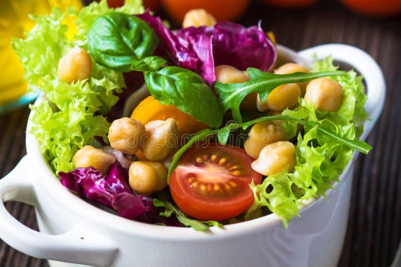 Ny blandad sallad med kikärten royaltyfria foton