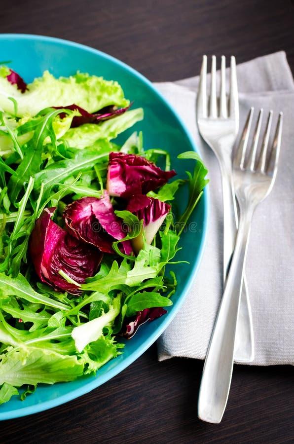 Ny blandning för grön sallad för sommar på en trätabell arkivbilder