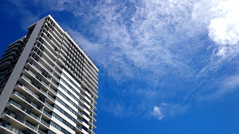 Ny bostads- hyreshus och blå himmel arkivbild