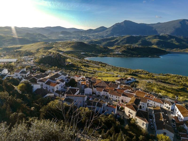 Ny bro i Ronda, en av de berömda vita byarna i Andalusia royaltyfria bilder