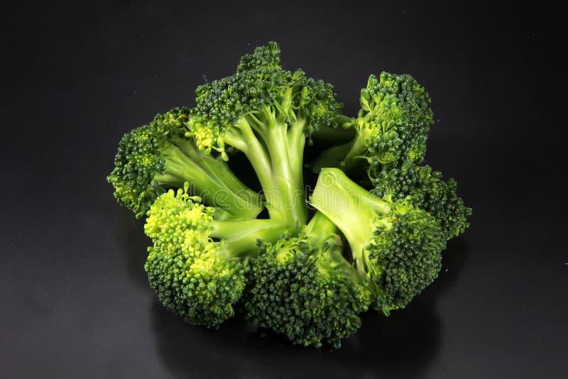Ny broccoli med en svart bakgrund royaltyfri foto