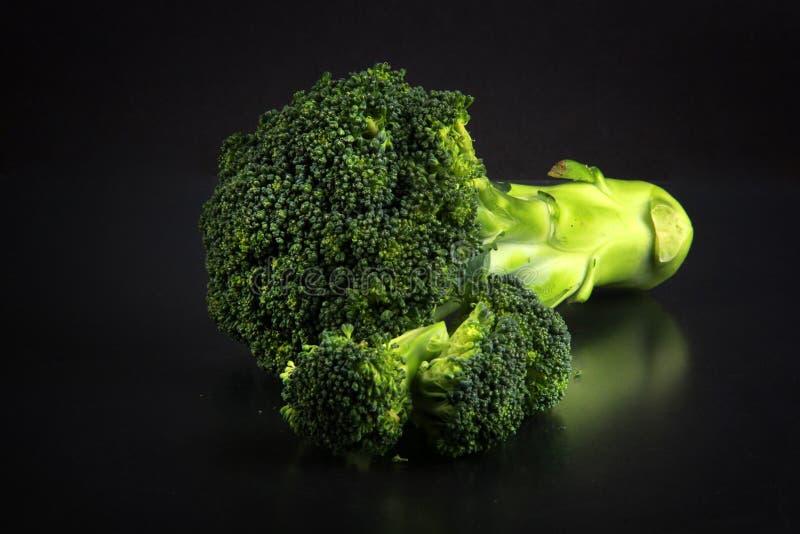 Ny broccoli med en svart bakgrund fotografering för bildbyråer