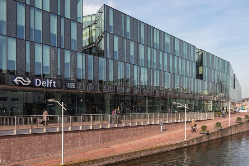 Ny byggd holländsk järnvägsstation för fasad och för ingång på delftfajans royaltyfri bild