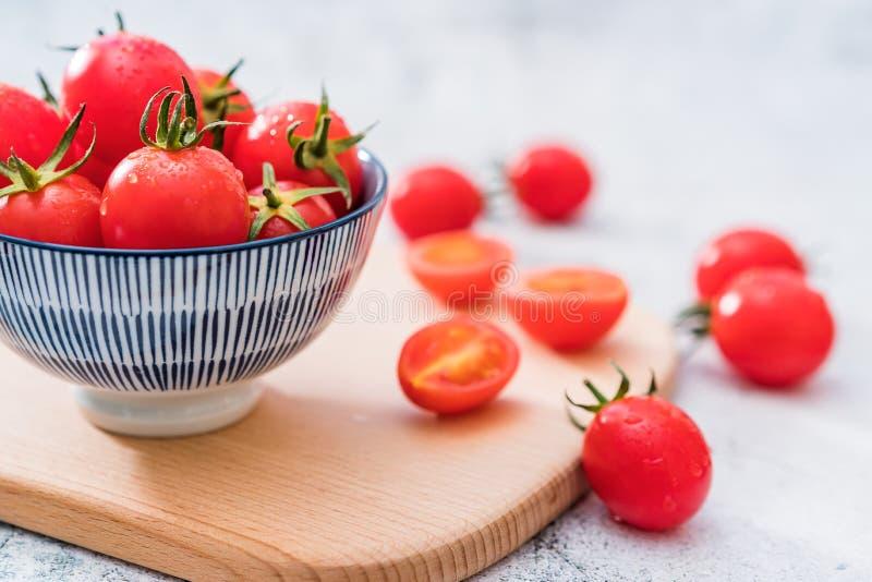 Ny Cherry Tomatoes One Night Under vit bakgrund arkivbilder
