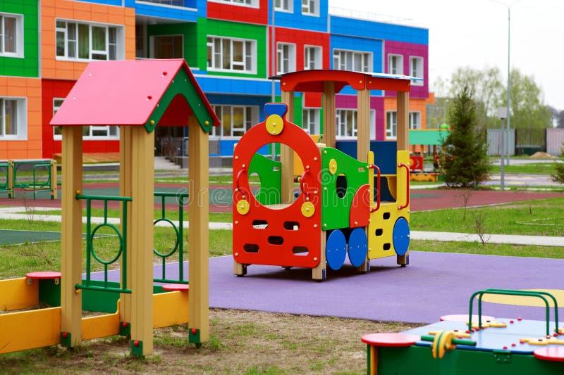 Ny children& x27; s-trädgård med lekplatsen royaltyfri fotografi