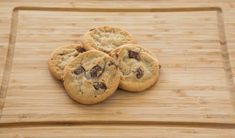 Ny choklad Chip Cookies på skärbräda arkivbilder