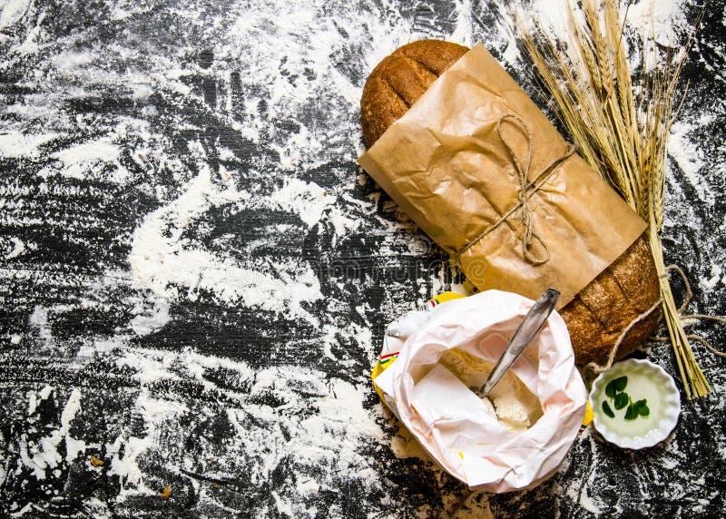 Ny ciabatta med en påse av mjöl och öron av vete royaltyfri bild