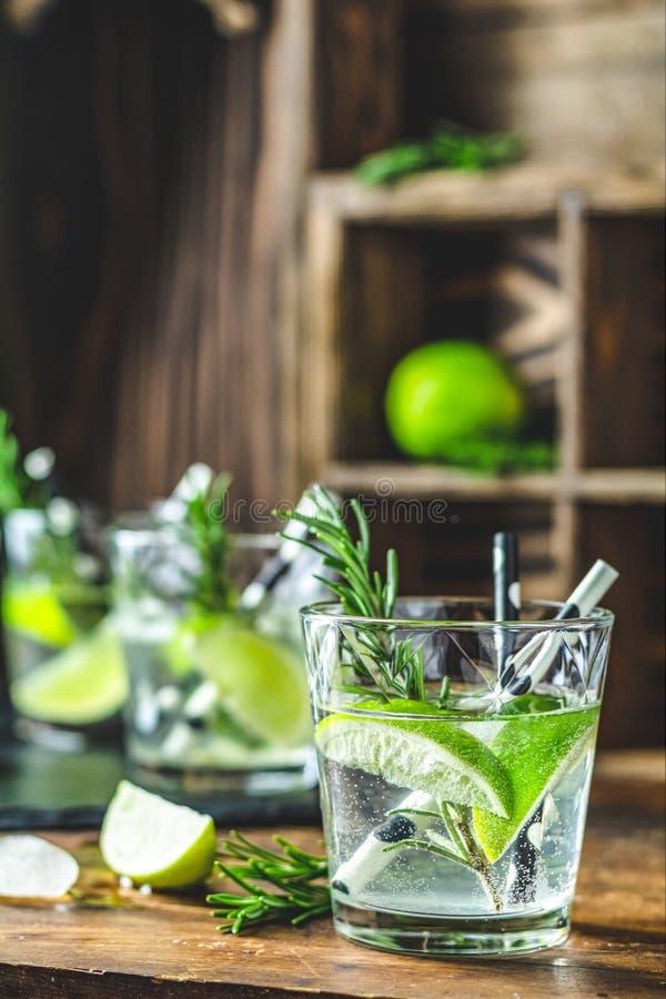 Ny coctail med limefrukt, is och rosmarin, mojitococtail arkivfoton