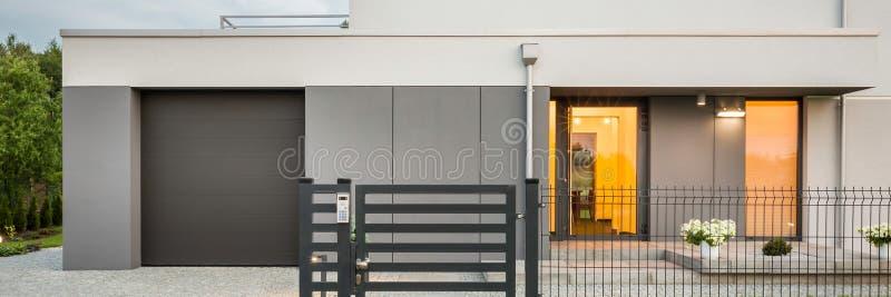Ny designvilla med garaget arkivfoton