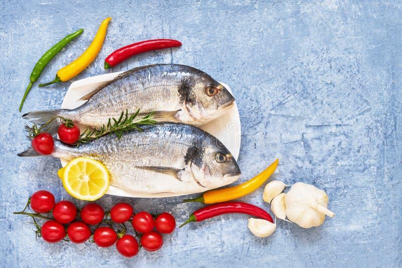 Ny doradafisk med kryddor p? tr?sk?rbr?da sund begreppsmat B?sta sikt, kopieringsutrymme Medelhavs- havs- begrepp arkivfoton