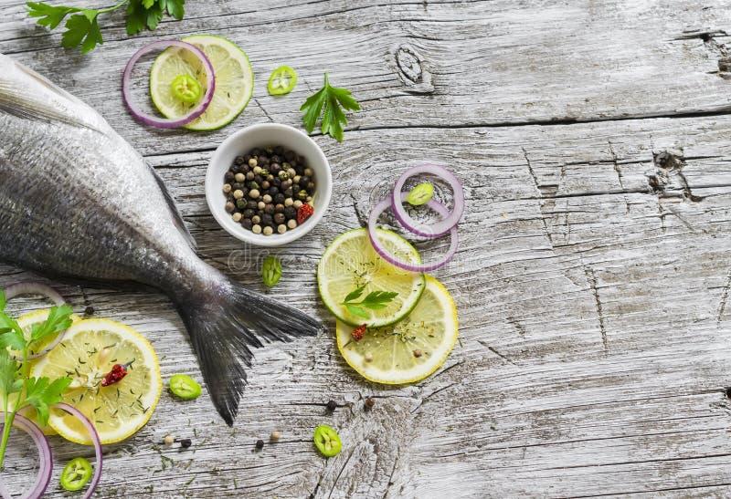 Ny Dorado fisk, citron, limefrukt och persilja royaltyfri bild