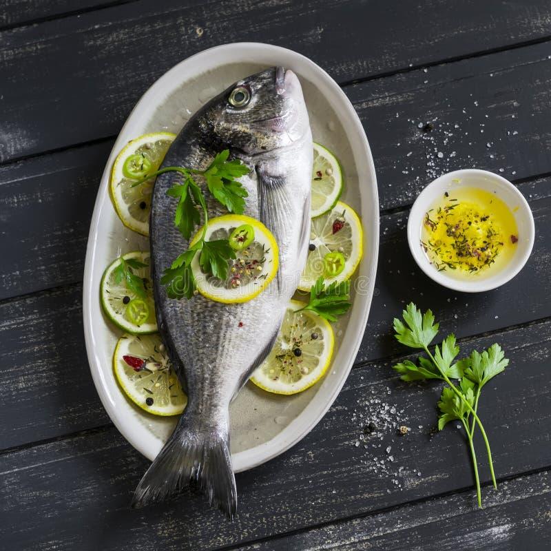 Ny Dorado fisk med citronen och kryddor fotografering för bildbyråer