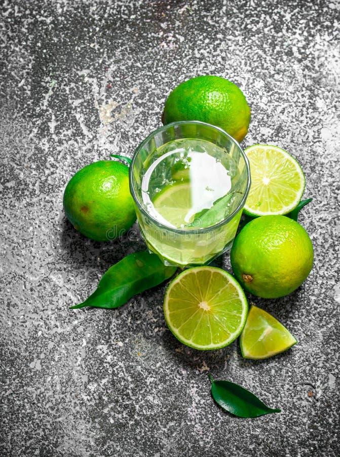 ny drink av mogna limefrukter royaltyfria foton