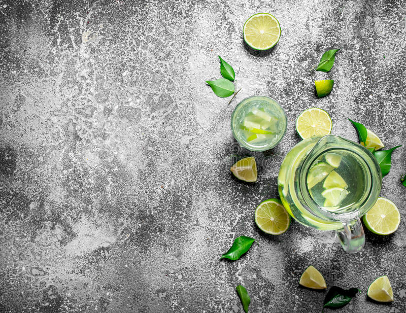 ny drink av mogna limefrukter arkivfoton