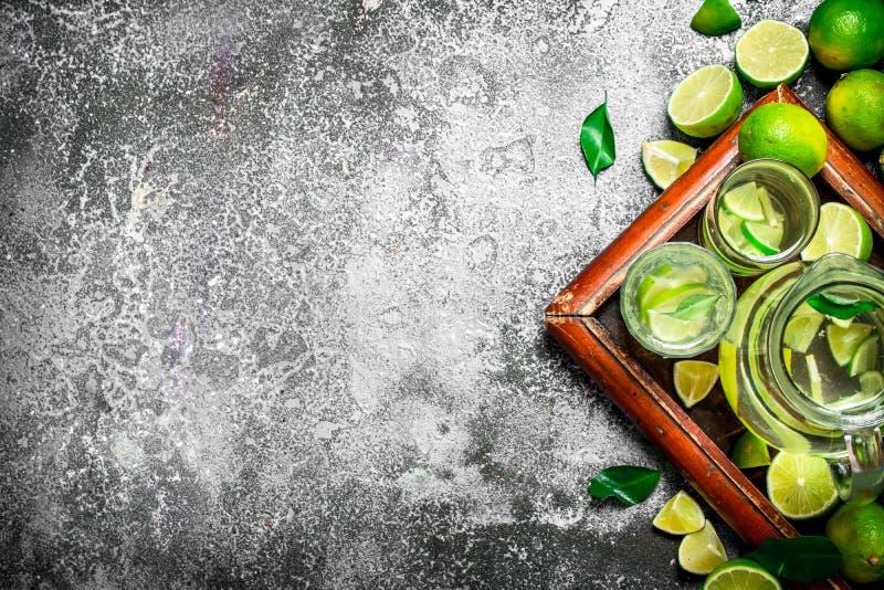 ny drink av mogna limefrukter arkivbilder