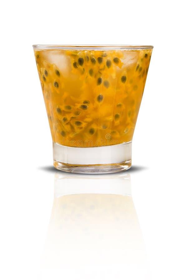 Ny drink som göras med passionfrukt Caipirinha på den vita backgrouen arkivbild