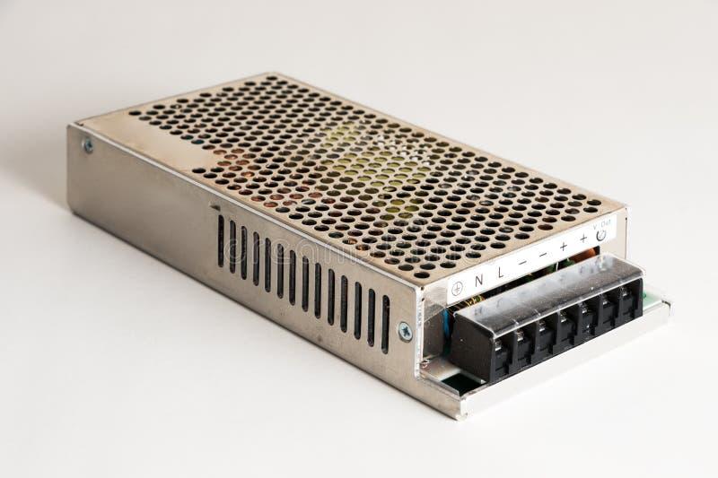 Ny enhet - strömförsörjning för omformare och industriell utrustning på en grå bakgrund royaltyfria foton