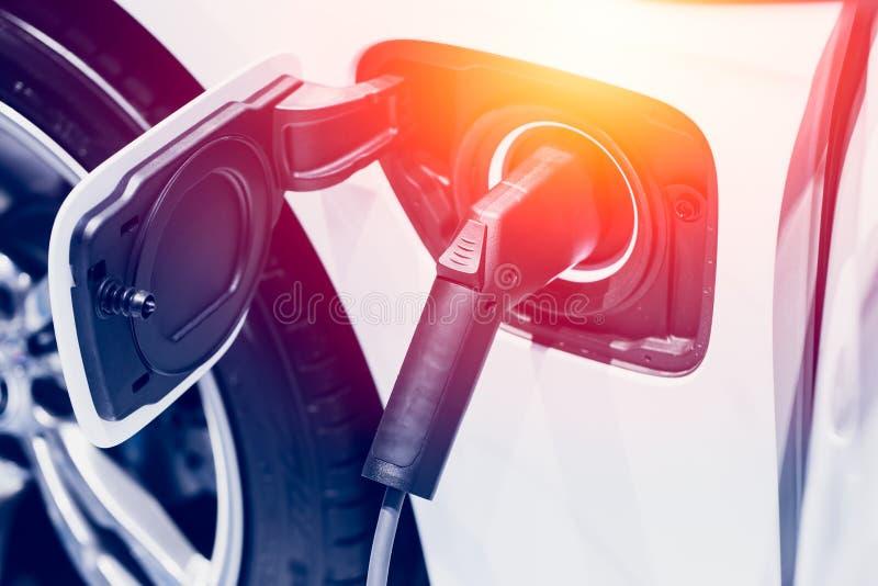 Ny era av medelbränsle Laddande elbil för batteridrift royaltyfri illustrationer