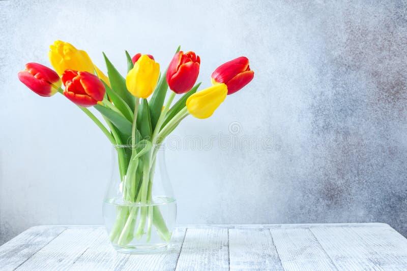 Ny färgrik tulpanblommabukett på trätabellen arkivfoton