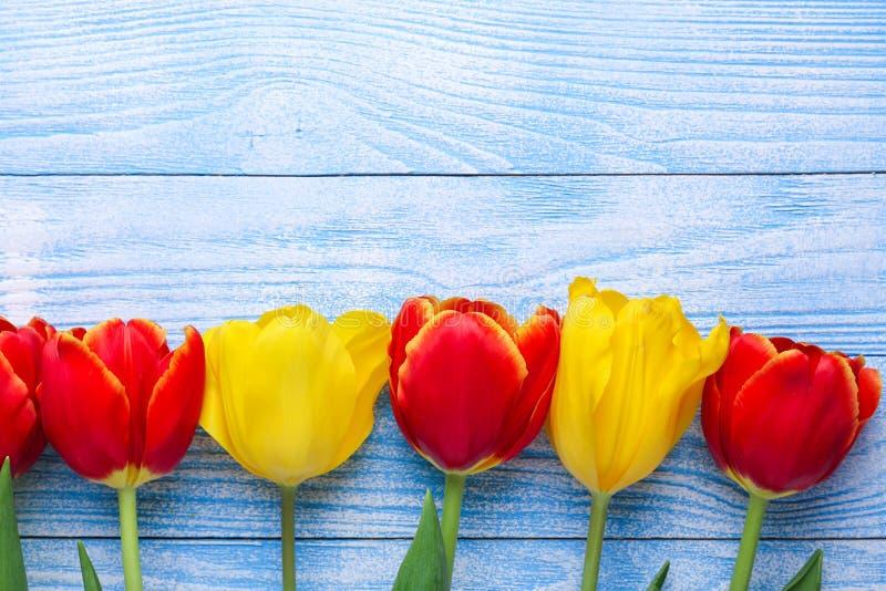 Ny färgrik tulpanblommabukett på trätabellen arkivbilder