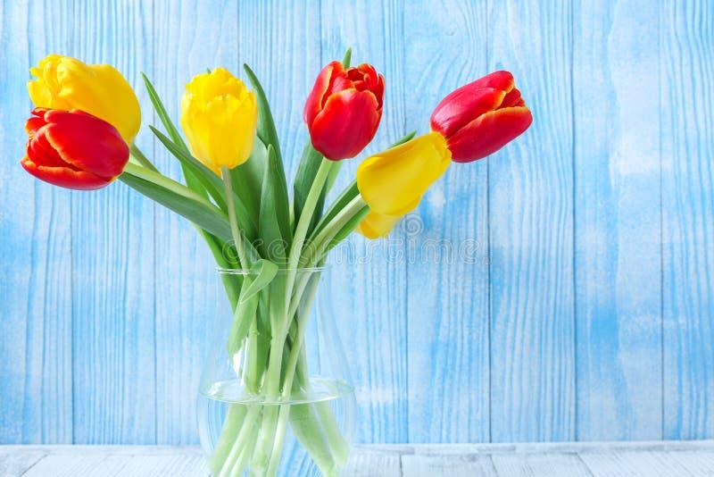 Ny färgrik tulpanblommabukett på trätabellen royaltyfria bilder