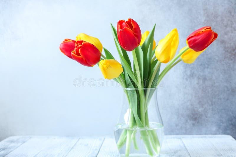Ny färgrik tulpanblommabukett på trätabellen royaltyfri foto