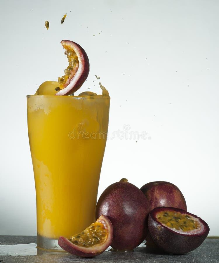 Ny färgstänk för passionfruktfruktsaft fotografering för bildbyråer