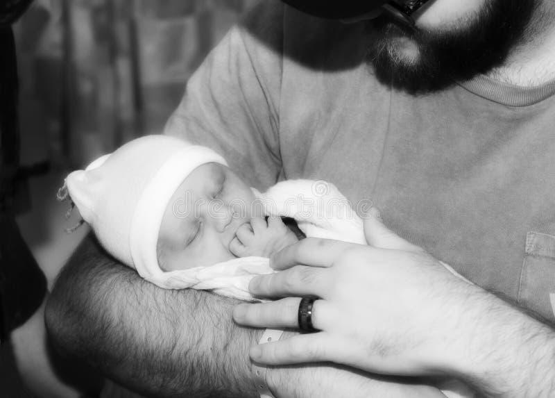 Ny faderHolds His Infant dotter, medan hon sover fotografering för bildbyråer