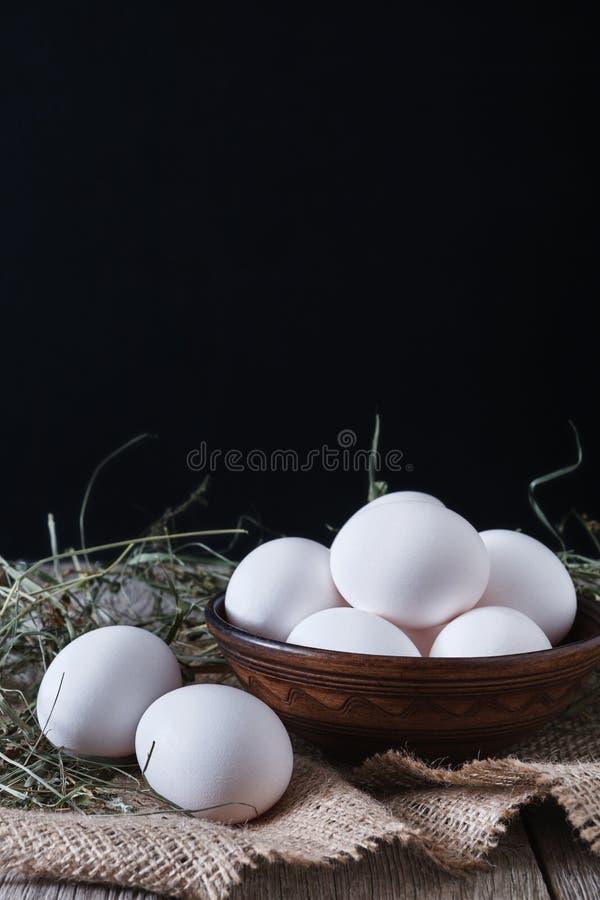Ny feg vit och bruna ägg på säckcloseupen, bakgrund för organiskt lantbruk royaltyfria bilder