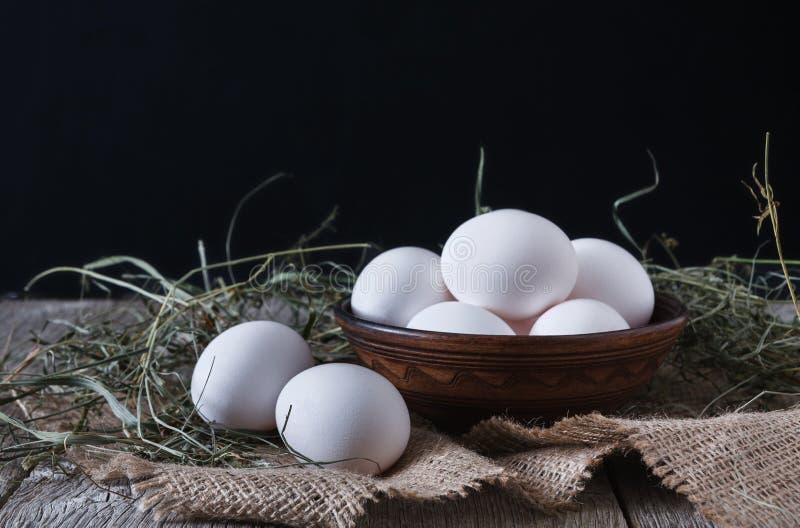 Ny feg vit och bruna ägg på säckcloseupen, bakgrund för organiskt lantbruk arkivbild