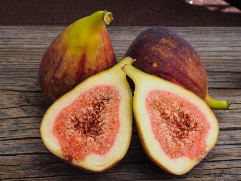 Ny fikonträdfrukt på trägamla bräden arkivbilder