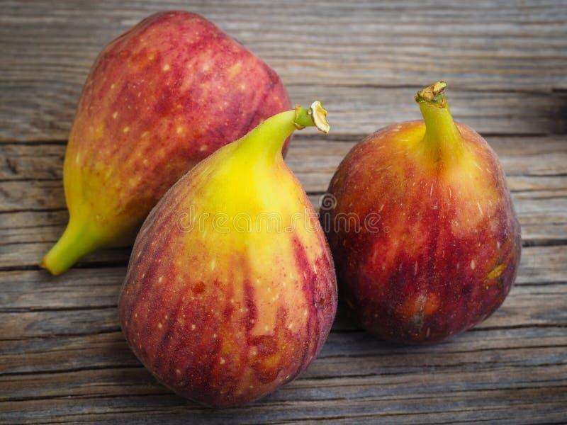 Ny fikonträdfrukt på trägamla bräden arkivbild