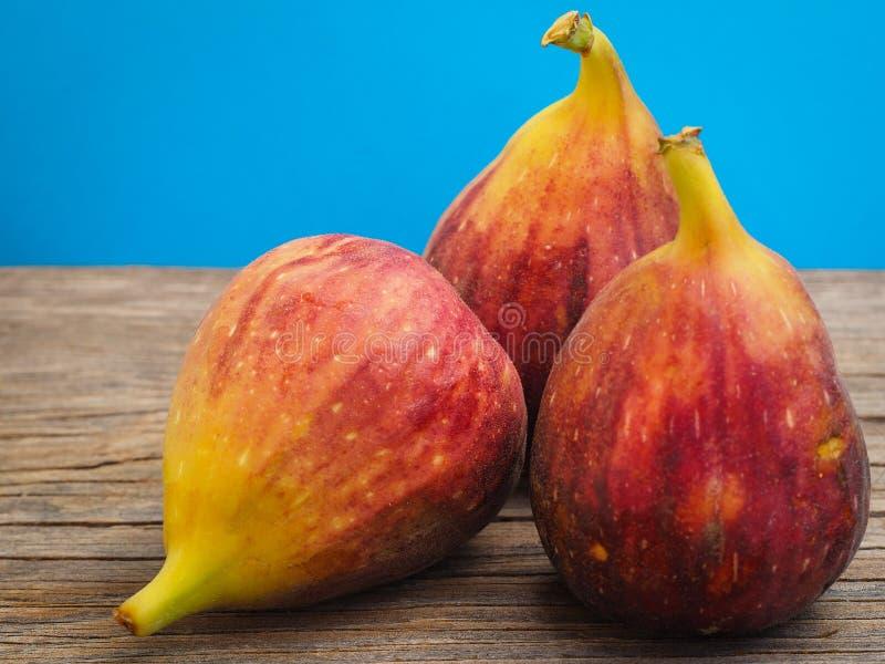 Ny fikonträdfrukt på trägamla bräden royaltyfri fotografi